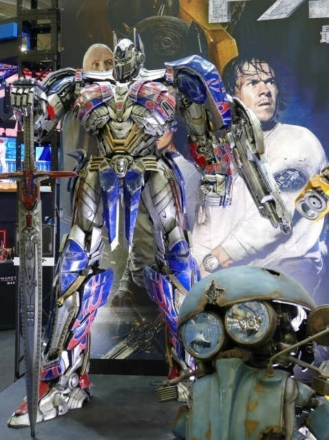 Transformers News: Transformers: The Last Knight at Tokyo Comic Con 2017 - Gold Optimus Prime, Dioramas & More