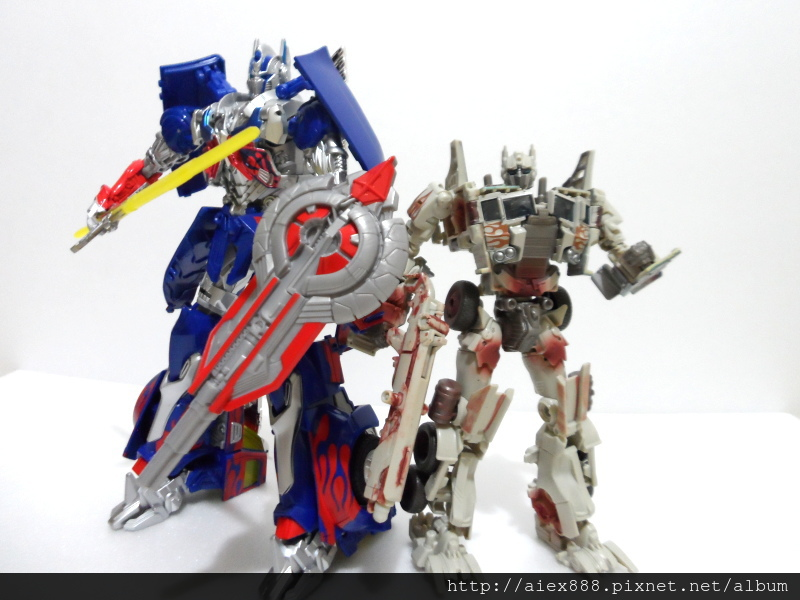 "Transformers News: TRU Japan ""Rusty"" Optimus In Hand Images"