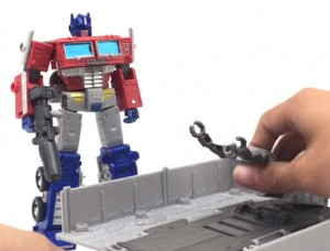 Transformers News: Review of Earthrise Optimus Prime Shows Blue Hands and More Changes