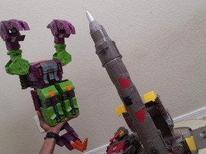 New In Hand Images of Transformers Earthrise Titan Class Scorponok Show off Fan Modes