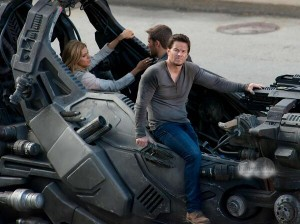 Transformers News: Walhberg, Peltz, and Reynor with Gunship on Transformers: Age of Extinction Set