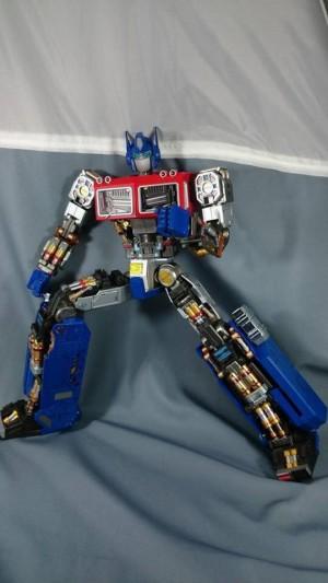 Ultimetal UM-01 Optimus Prime In-Hand Images