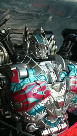 In-Hand Images - Takara Tomy TRU Japan Exclusive Movie Advanced Black Knight Optimus Prime