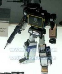 Colour picture of MP-13 Soundwave with Laserbeak + new Cassettes revealed!