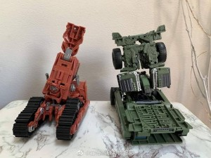 Transformers News: New In Hand Images of Studio Series Long Haul Showing Leg Mode