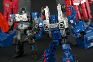 In-hand comparison pics of Deluxe Class from Transformers War for Cybertron SIEGE