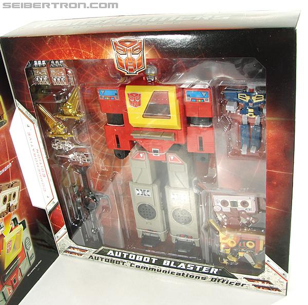 Transformers Universe - Classics 2.0 Blaster (Image #37 of 210)
