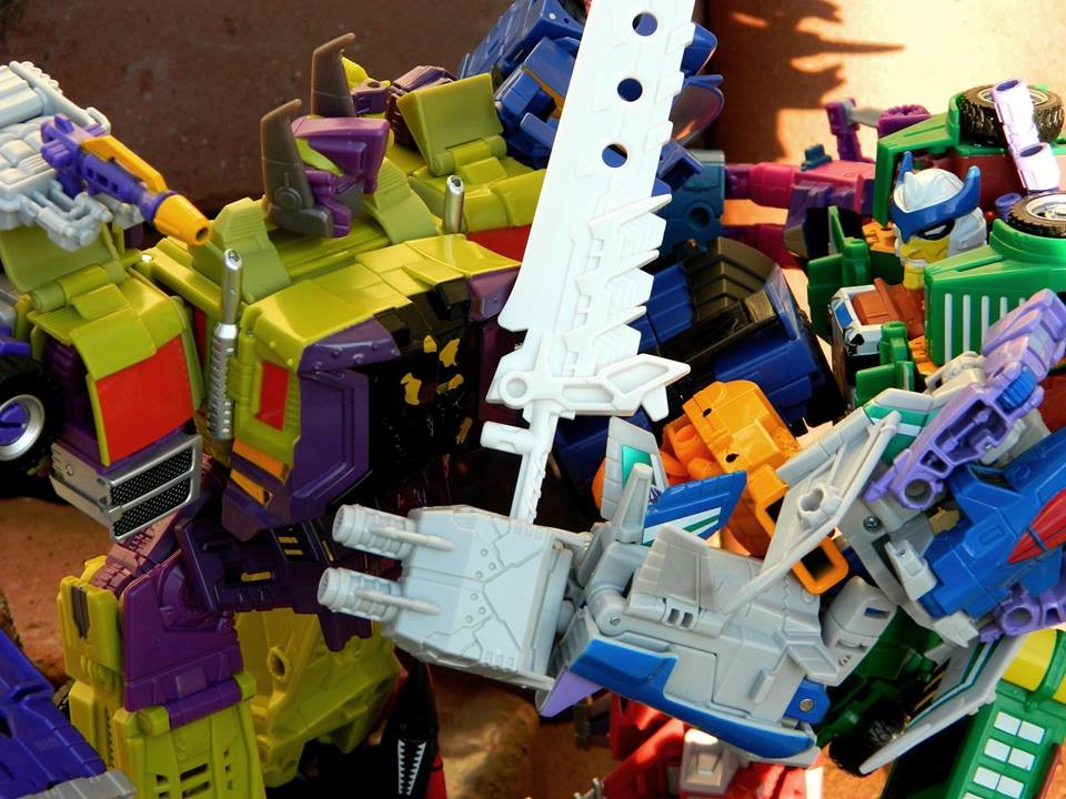 Transformers News: Final TFSS 5.0 Figures are Arriving and Mystery Figure Revealed