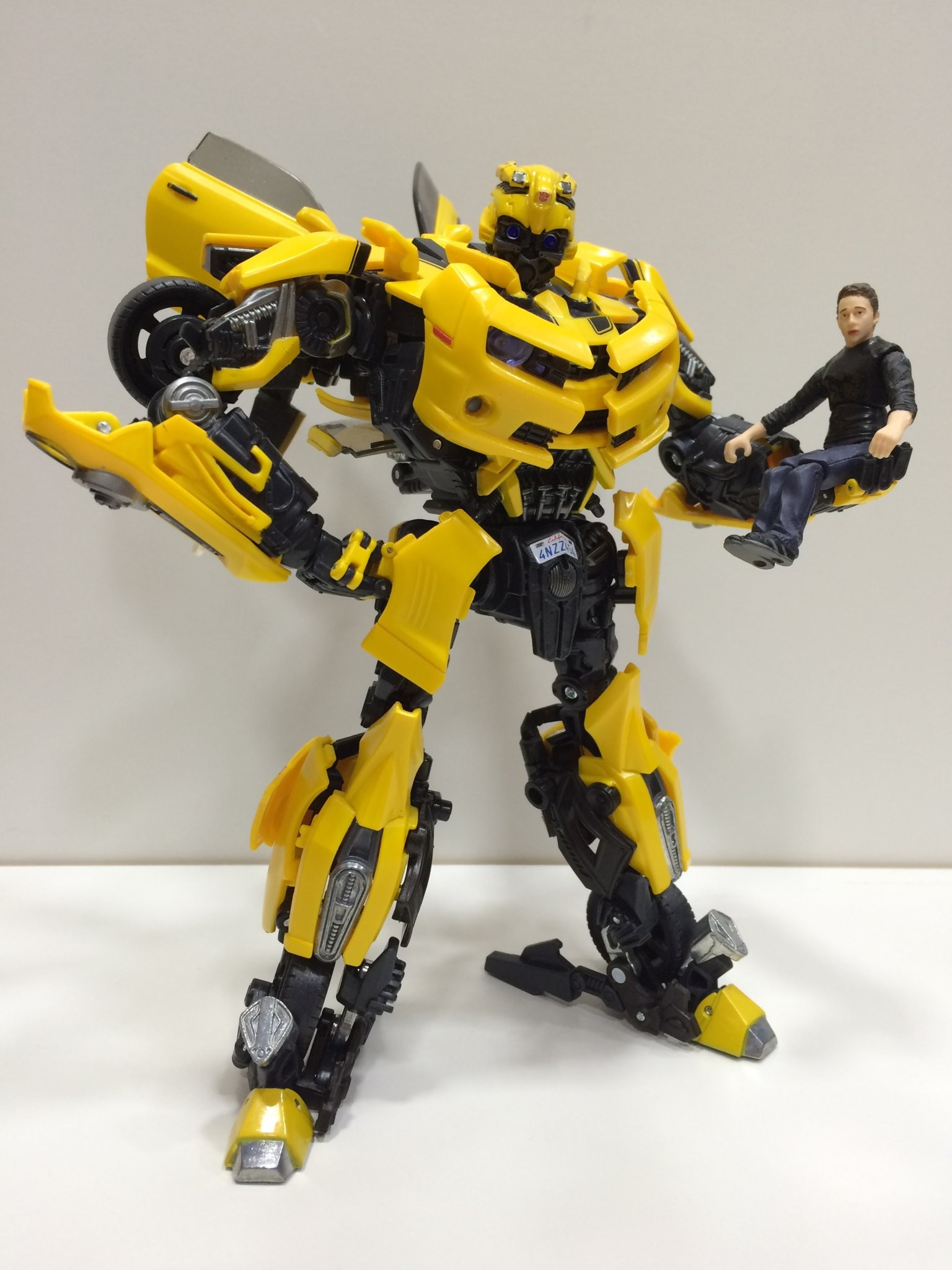 in hand images of transformers movie masterpiece mpm3 bumblebee. Black Bedroom Furniture Sets. Home Design Ideas