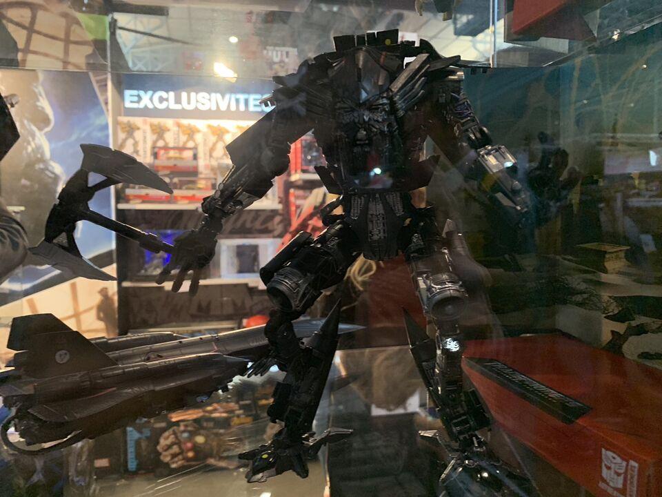 Transformers News: Display of Studio Series Voyager Long Haul's robot mode, Jetwing Optimus, Bonecrusher, Jetfire
