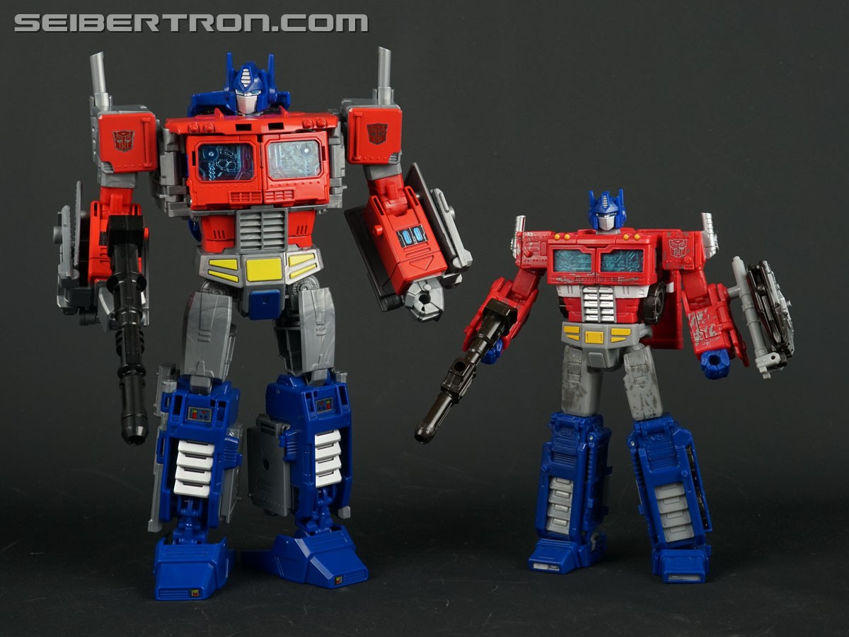 Transformers News: Comparison Images for Transformers WFC Siege Voyagers Optimus Prime and Megatron